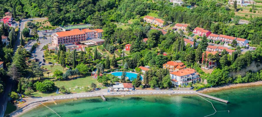 Bo nära havet och väl att simma i hotellets inomhuspool, som är fylld med havsvatten och uppvärmd eller i havet.