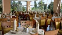 I hotellets mysiga restaurang kan ni njuta av lokala specialiteter eller njuta av en drink i baren.