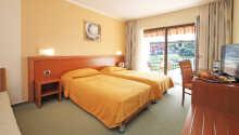 Hotellet har 101 ljus och rymliga rum med eget bad.