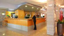 Hotellet fina reception och lobby där personalen står till service vid frågor.