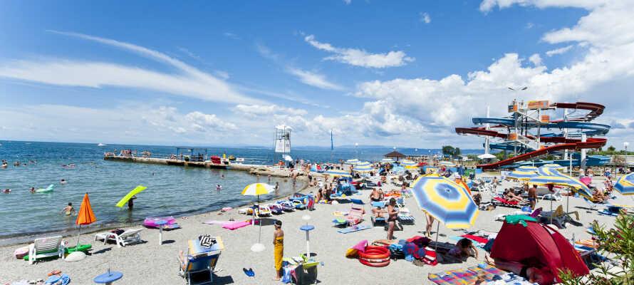 I kan frit benytte jer af resortets strand, hvor I kan bade og gå langs den flotte strandbred.