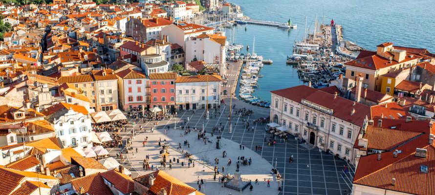 Besøg nærliggende Piran. Byens flotte gallerier, butikker og chamerende caféer giver bybilledet en særlig autencitet.