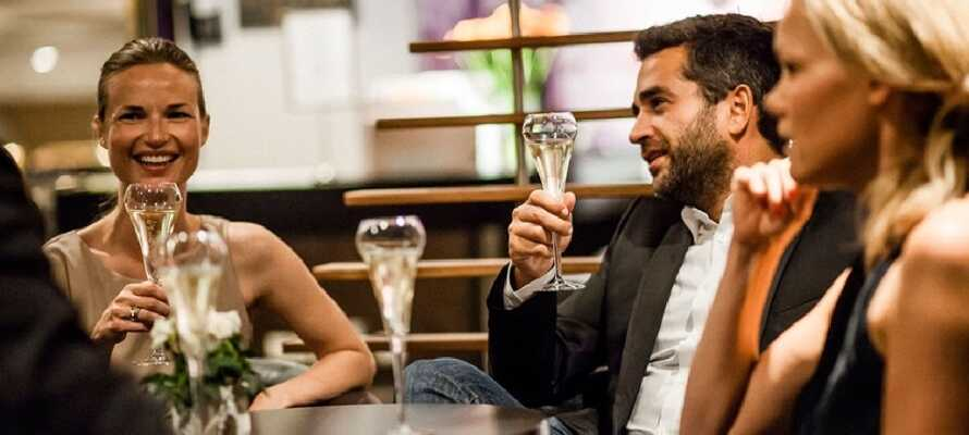 Färjorna erbjuder flera restauranger och barer där ni kan njuta av god mat och drinkar!