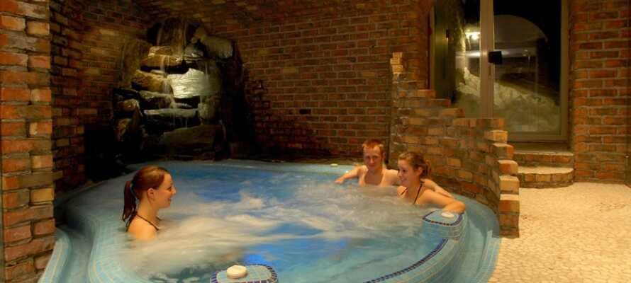 I spa:et kan ni koppla av i jacuzzin under stjärnhimlen, lyssna till vattenfallet och njuta av olika behandlingar.
