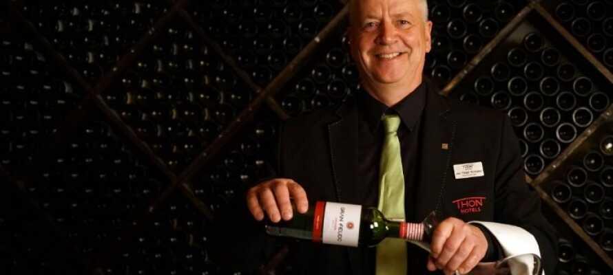 Besök hotellets mysiga vinbodega med ett brett urval av rödvin och vitt vin.