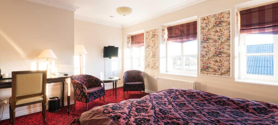 Rummen är trivsamt och bekvämt inredda med eget badrum, sittplatser och TV.