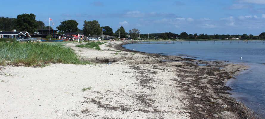 När vädret tillåter kan ni dessutom besöka den barnvänliga stranden Bjert.