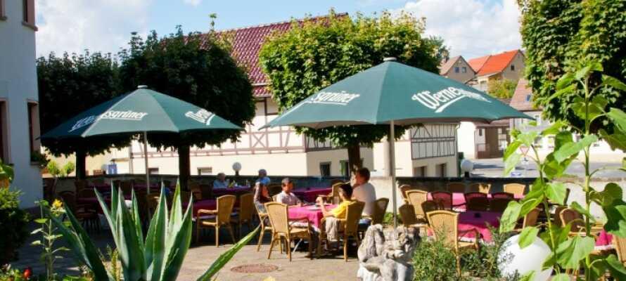 Når vejret er godt kan I nyde maden og omgivelserne på hotellets store hyggelige terrasse.