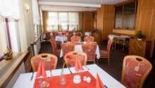 I hotellets trevliga restaurang serveras både regionala och internationella rätter.