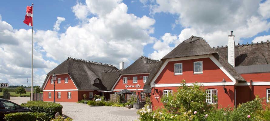 Tyrstrup Kro har en idyllisk beliggenhed ved mark og skov, i den skønne natur omkring Christiansfeld.