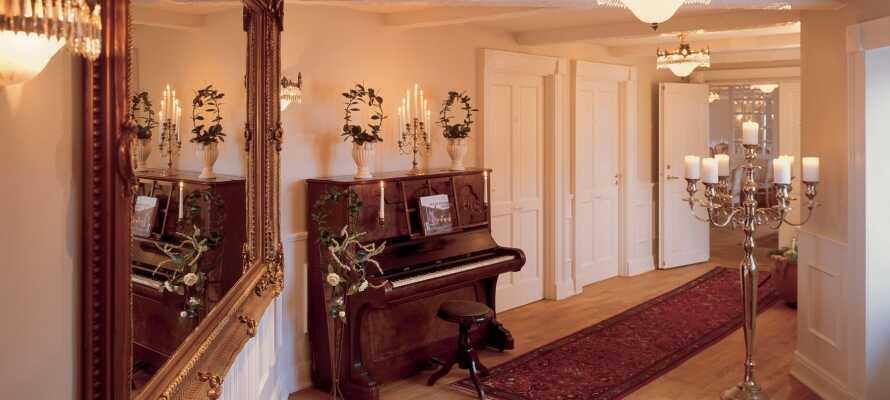 Kroen er innredet i en flott, klassisk stil, og tilbyr et luksuriøst opphold i historiske rammer.