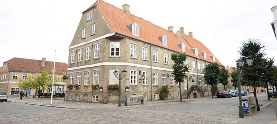 Det historiska hotellet ligger vackert i Christansfeld. Det var här avtalet om eldupphör i det dansk-tyska kriget skrevs under 1864.