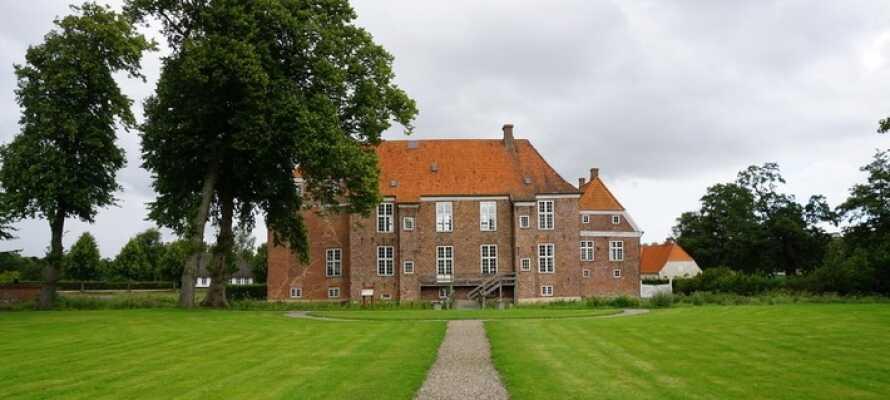 Kjør en tur til Gram og opplev det imponerende Gram Slott, som ligger omgitt av vollgraver.