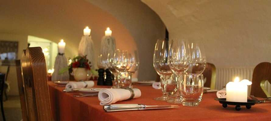Restauranten byr på en enestående autentisk stemning med levende lys, lave buede tak og hvitkalkede vegger.