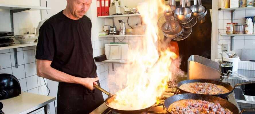 Køkkenchefen står for den dejlige danske, klassiske kromad som serveres i en let og uformel atmosfære i den hyggelige restaurant.