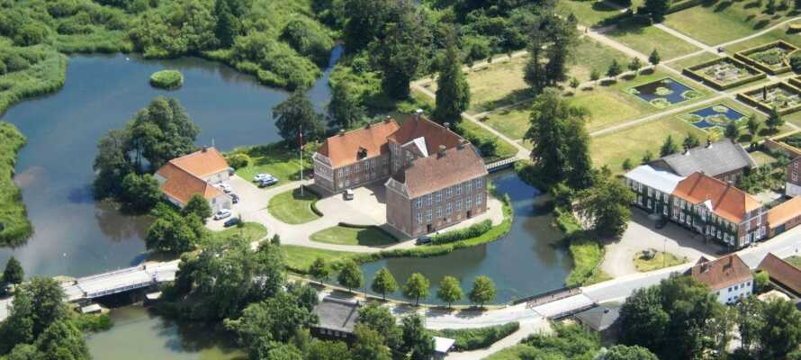 Gram Slotskro ligger i naturskønne omgivelser i Gram, lige ved byens imponerende slot og med kort afstand til centrum.