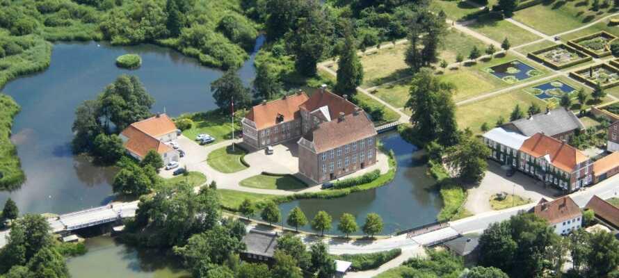 Gram Slotskro, till höger på bilden, ligger i vacker natur i Gram vid stadens imponerande slott och nära centrum.