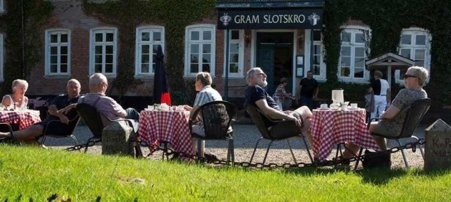 Ved godt vejr kan I sidde på gårdspladsen og nyde måltidet eller kaffen, med udsigt til slottet og søen.