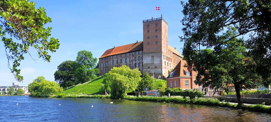 Besøg store danske seværdigheder, som f.eks. Koldinghus, Hindsgavl Dyrehave eller Fjordenhus.