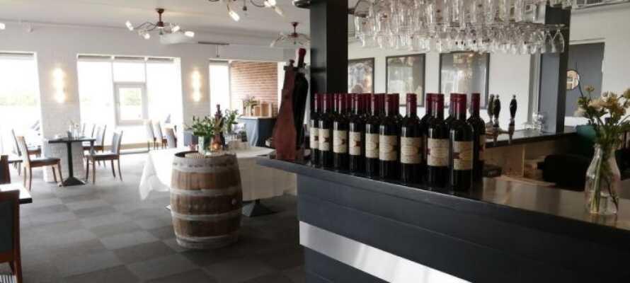 Hotellets restaurant serverer en god kombination af klassiske og moderne retter af en høj kvalitet.