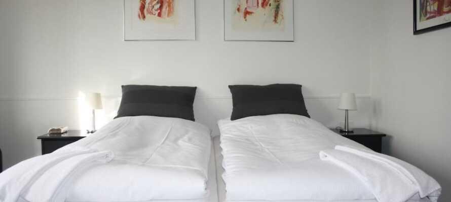 Hotellets indbydende værelser er lyse og rummelige og tilbyder et godt komfortniveau under jeres ophold.