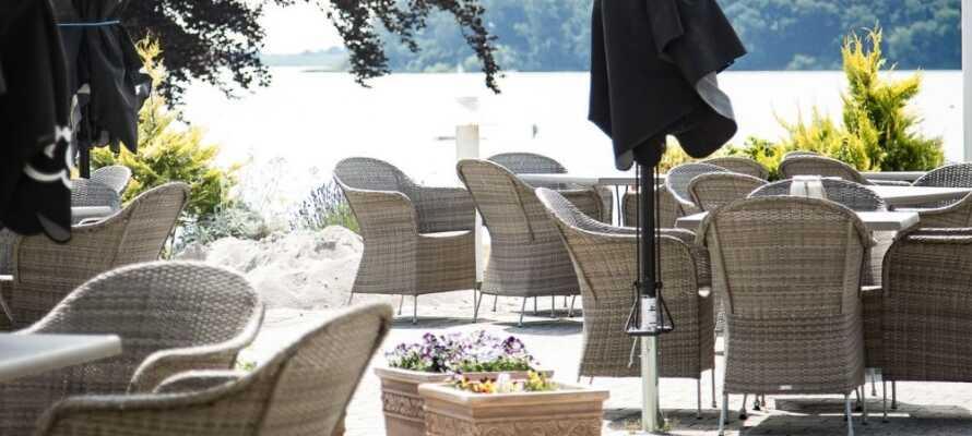 Genießen Sie in Ruhe einen Drink auf der Hotelterrasse, von wo aus man eine schöne Aussicht auf den Søndersø hat.