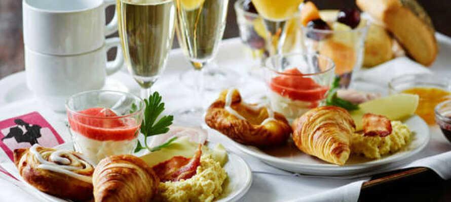 Hotellets restaurant har et varieret menukort med både internationale og lokale retter.