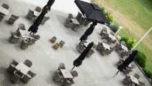 Nyd det gode selskab på hotellets udendørs terrasse.