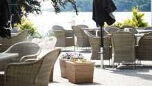 Der er også udendørs servering på hotellets dejlige terrasse, når vejret tillader det.