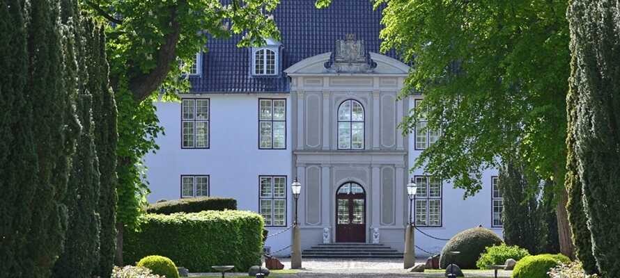 På Schackenborg Slot kan I lade jer forføre af den royale stemning og opleve kongefamiliens gemakker på tætteste hold