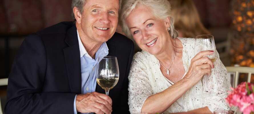 Ät middag på hotellet och njut av ett glas gott vin i varandras sällskap.