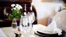 Genießen Sie köstliche Speisen und ein gutes Glas Wein.