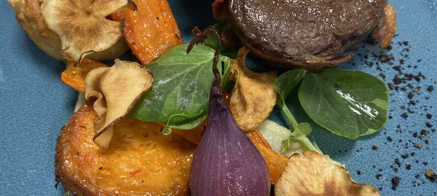 Et opphold på Røde-Kro inkluderer et moderne matkonsept med 10 retter, servert i 3 omganger. Vinmeny kan kjøpes!