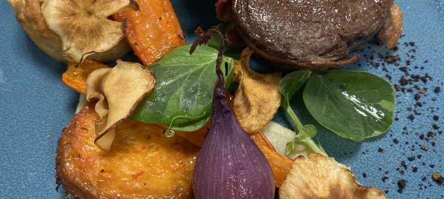 Et ophold på Røde-Kro står i madens tegn og inkluderer et moderne madkoncept med 10 anretninger, serveret af 3 omgange. Vinmenu kan tilkøbes!