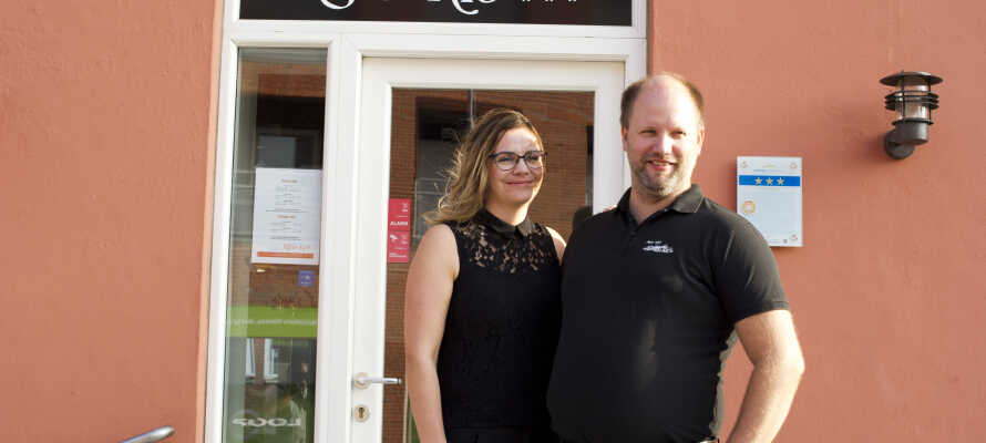 På Røde-Kro modtages man ofte af værtsparret, Winnie og Erik Jørgensen. Sønderjysk charme og venlig service går hånd i hånd.