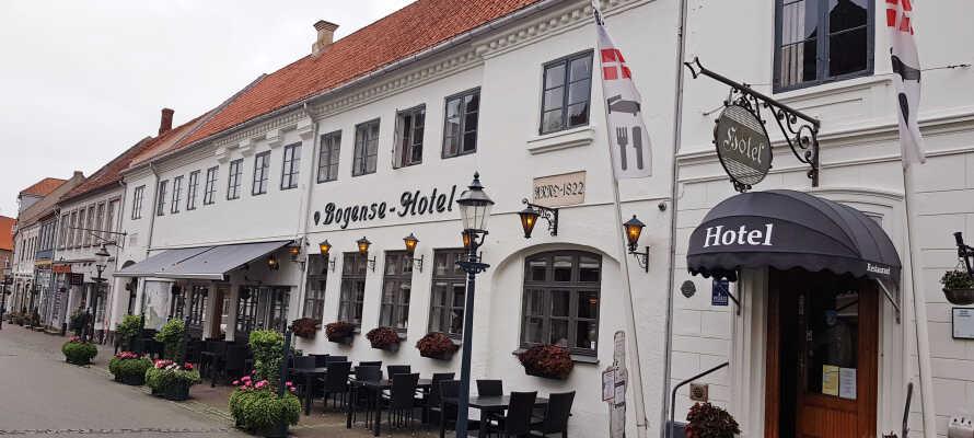 Njut av en minisemester på charmiga Bogense Hotel där det väntar en mysig vistelse med god mat och spännande upplevelser