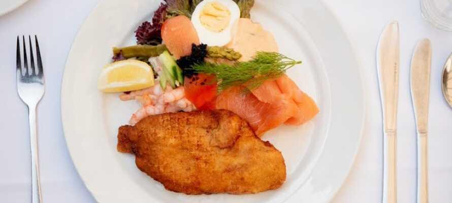 Hotellets restaurant er kendt for sine veltillavede retter, som altid er tilberedt med lækre og friske råvarer.