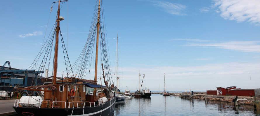 Hotellet ligger centralt i Adelgade i Bogense, tæt på byens hyggelige marina.