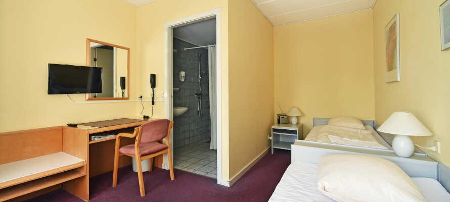 Hotellets værelser tilbyder moderne og komfortable rammer for opholdet, og de behagelige senge sikrer jer en god nats søvn.