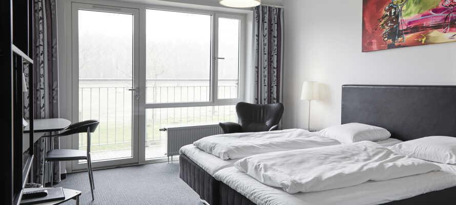 Alle værelserne er indrettet i lyse farver med et moderne décor og med adgang til balkon eller terrasse.