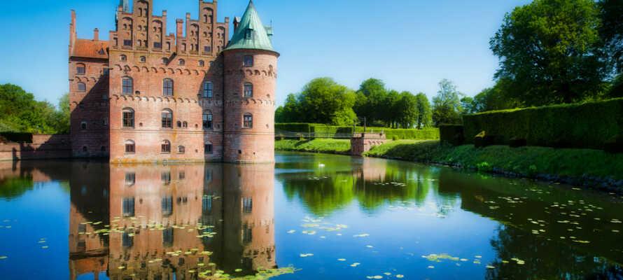 Besøg Egeskov Slot på Sydfyn, som med sin berømte voldgrav er et af de smukkeste i Danmark.