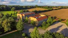Hotellet ligger i fredelige grønne omgivelser.