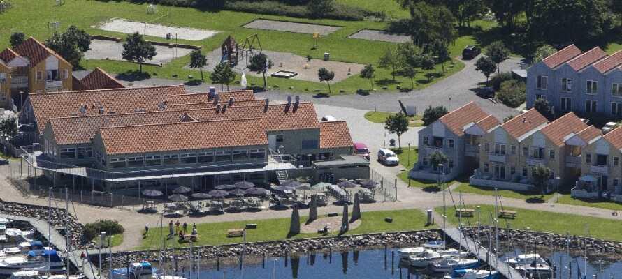 Hotellet ligger lige ned til Rudkøbing Havn i kort afstand fra byens centrum.