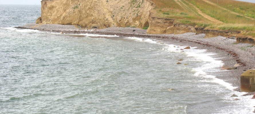 Gå en tur langs stranden på Langeland, som også er en suveræn badestrand om sommeren.