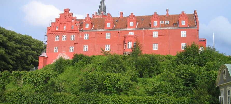 Se det smukke Tranekær Slot og besøg Tranekær Slotsmuseum, som giver et indblik i slottets lange historie.