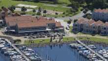 Hotellets ligger direkte ved havnen i Rudkøbing på øens smukke vestkyst.