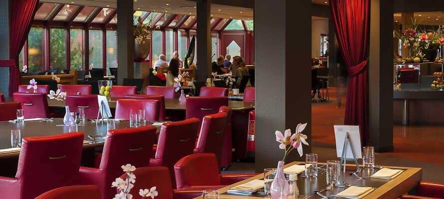 Hotellets hyggelige restaurant byder både på lokale specialiteter og internationale retter.