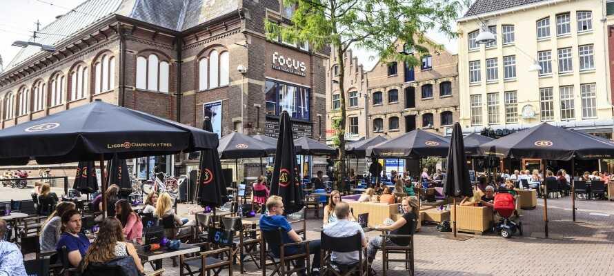 Nyd den dejlige stemning på pladsen foran teatret i Arnhem