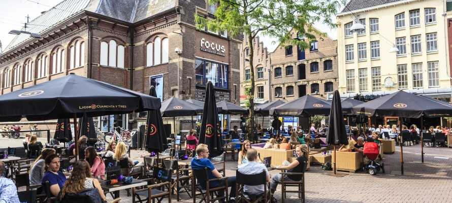 Nyt den herlige stemningen på plassen foran teateret i Arnhem