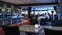 I hotellets restaurant kan dere nyte regionale og internasjonale spesialiteter
